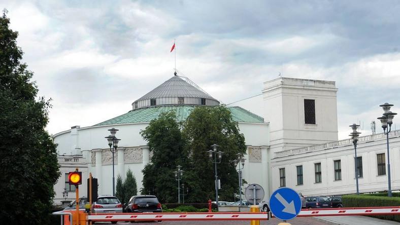 Kontrowersyjne przepisy przepychane przez Sejm w ostatniej chwili