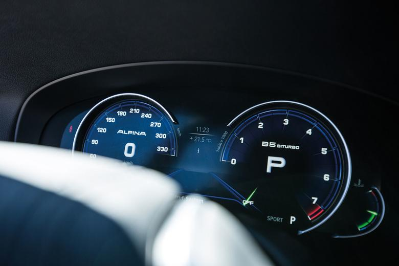 Ciekłokrystaliczne zegary nawiązująkolorami do barw marki. Prędkościomierzjest wyskalowany do 330 km/h, bo Alpiny nie obowiązuje ograniczenie do 250 km/h.