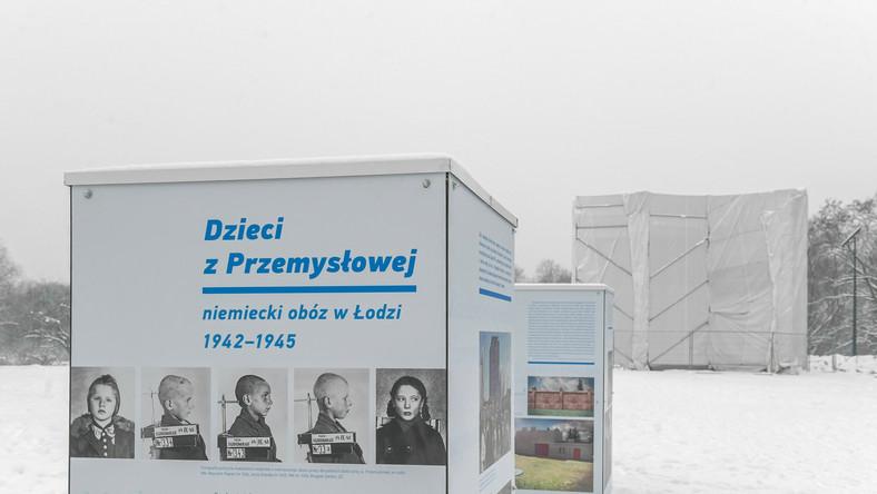 """Wystawa """"Dzieci z Przemysłowej – niemiecki obóz w Łodzi (1942–1945)"""" obok Pomnika Martyrologii Dzieci w parku im. Szarych Szeregów w Łodzi"""
