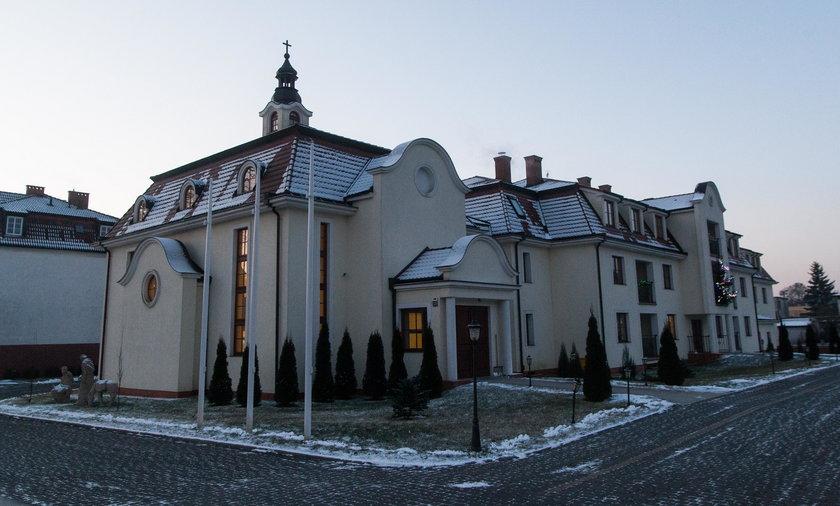 Ksiądz pedofil mieszka w Puszczykowie. Mieszkańcy protestowali przed zakonem