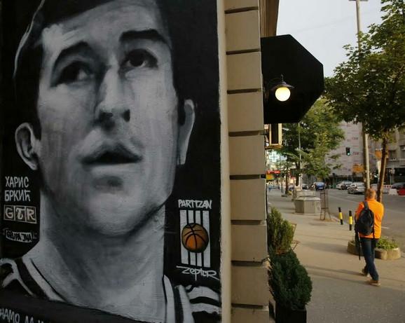 Mural ubijenog Partizanovog košarkaša Harisa Brkića je takođe uništen
