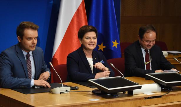 Premier Beata Szydło, rzecznik rządu Rafał Bochenek i wiceminister spraw zagranicznych Konrad Szymański podczas konferencji prasowej po zakończeniu szczytu UE