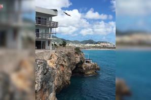 Zahtevao je sobu koja gleda na obalu, ali ne zbog pogleda (VIDEO)