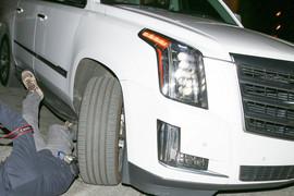 STRAVIČAN PRIZOR Paparaco pao ispod automobila, telohranitelj Dženifer Lopez ga umalo PREGAZIO, pevačica bila u kolima!
