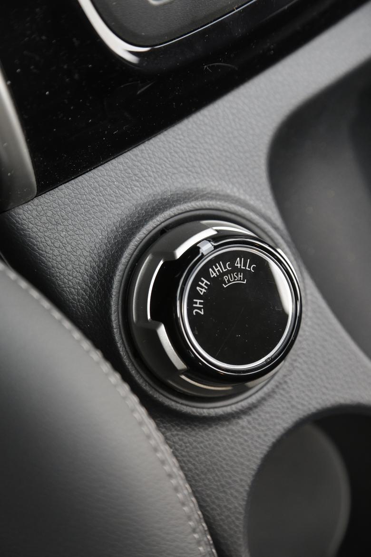 Pokrętło wyboru napędu (zmiana możliwa do prędkości 100 km/h)