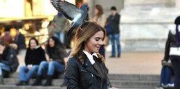 Kasia Tusk z ptakiem na głowie