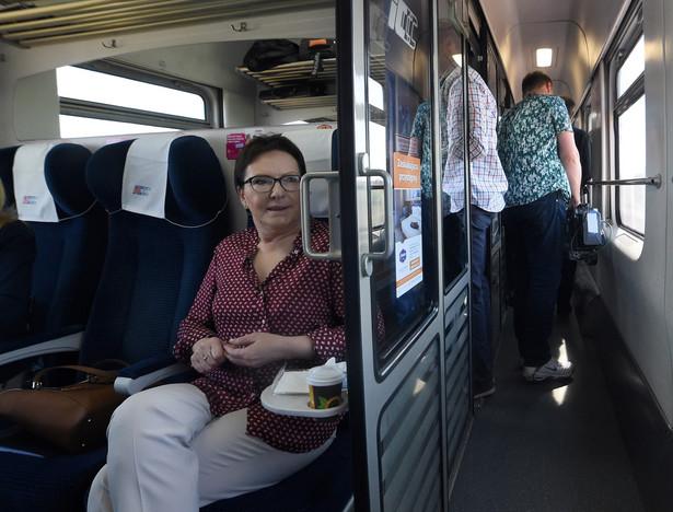 Premier Ewa Kopacz w pociągu w drodze z Warszawy do województwa pomorskiego