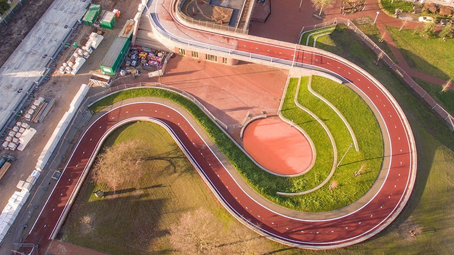 Poprowadzili ścieżkę rowerową na dachu szkoły. Tak projektują w Holandii