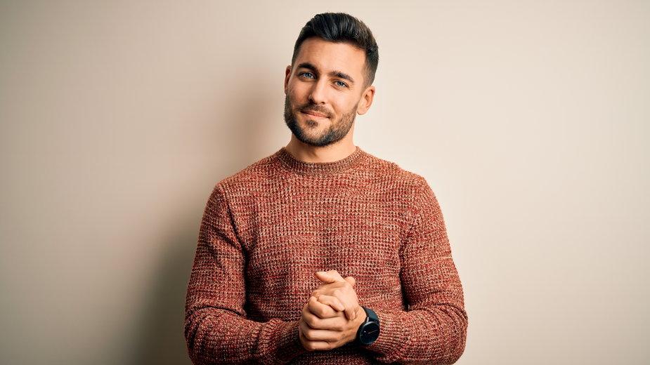 Modne męskie swetry na jesień 2021