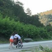 RUDAR I LJUBAV Devojčica je po planini u Srbiji gurala kolica s ocem, niko im nije pomogao, a onda je ova fotografija SVE PROMENILA