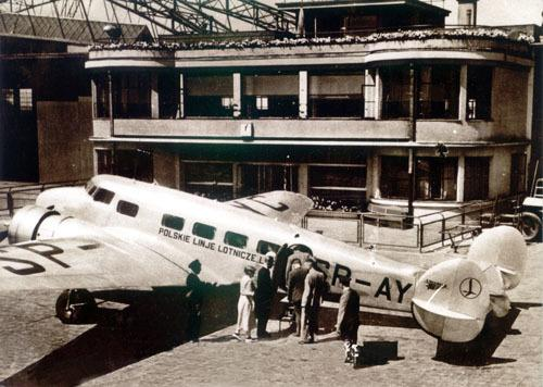 Lockheed L-10 Electra na lotnisku Okęcie. Pasażerowie w trakcie boardingu czekają w kolejce do wejścia.