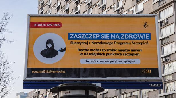Billboard zachęcający do szczepienia przeciw COVID-19 w Warszawie