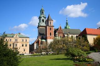 Kraków: Pięć odnowionych sarkofagów królewskich wróciło do katedry na Wawelu