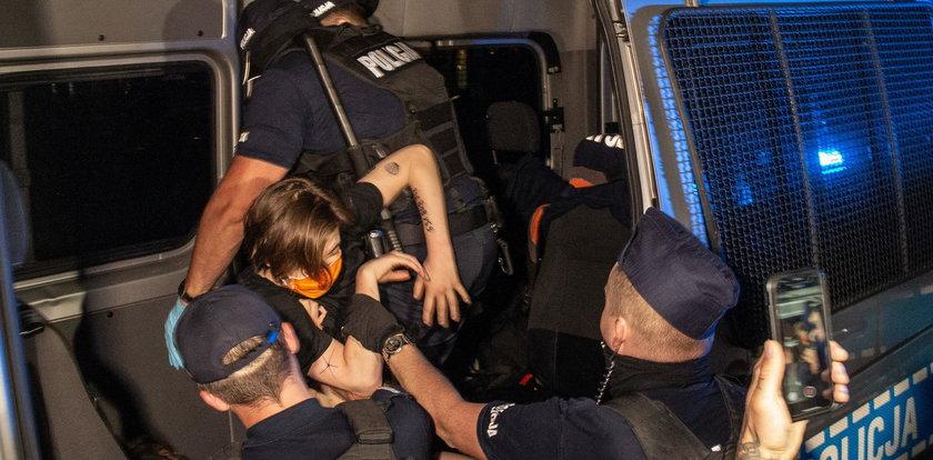 Protest w obronie zatrzymanego aktywisty. Posłanka KO uderzona przez policjanta?