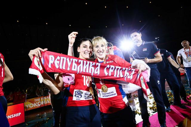 Tijana Bošković i Brankica Mihajlović sa šalom Republike Srpske