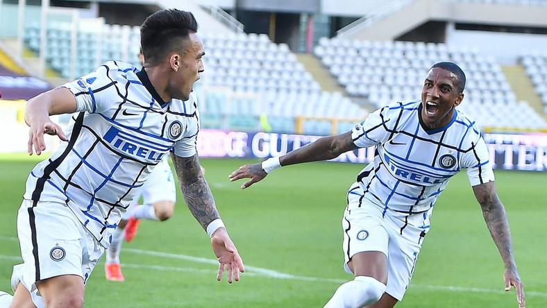 Lautaro Martinez i Ashley Young cieszą się z gola przeciwko Torino Dostawca: PAP/EPA.
