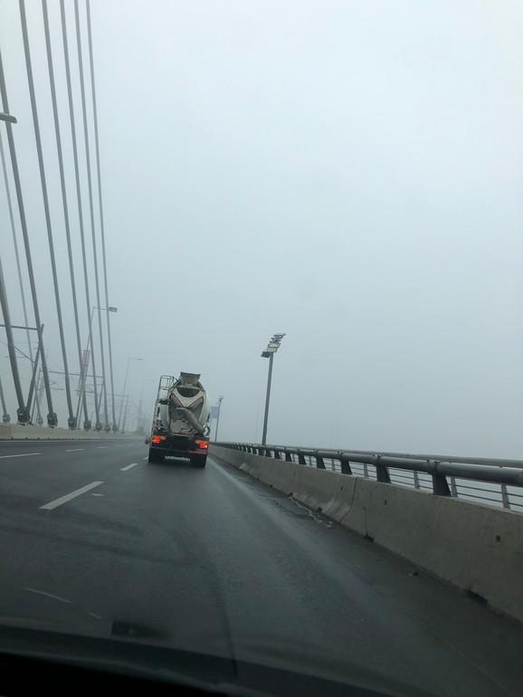 Ne vidi se gotovo vrh i završetak mosta na Adi