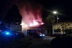 POŽAR U UMKI Gore četiri lokala, stanari strahuju da će vatra da se prenese i na kuće