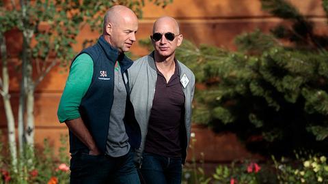 Po prawej, w okularach, Jeff Bezos, założyciel Amazona, w wersji mniej oficjalnej