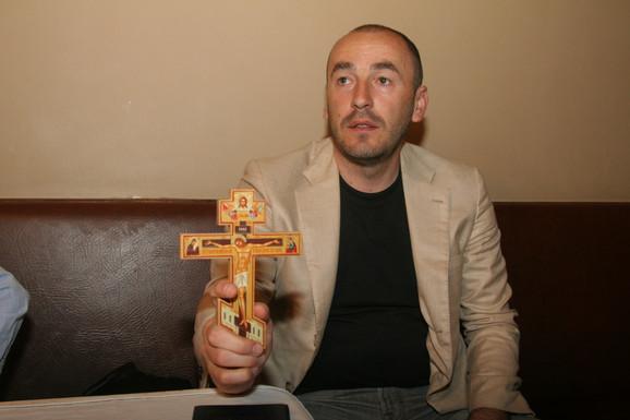 Alen Azarić kaže da nije završio medicinu, ali da se