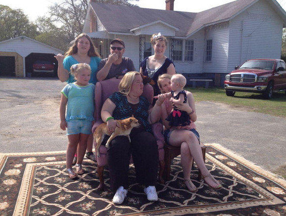 Alana Tompson i njena porodica: Mama Džun, tata Šugar Bera, sestre Lorin , Džesika, Ana i beba Kejtlin
