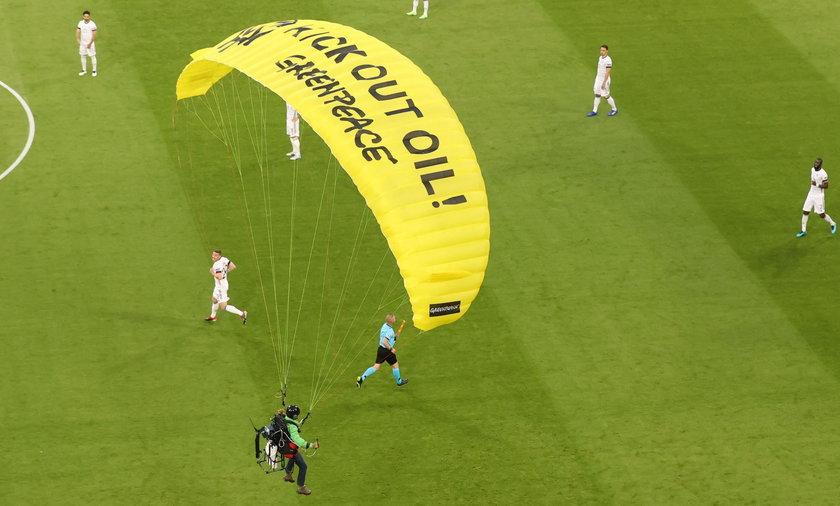 Tuż przed meczem Francja - Niemcy na boisku wylądował spadochroniarz. Jak się okazało, nie była to dodatkowa atrakcja zaplanowana przez organizatorów