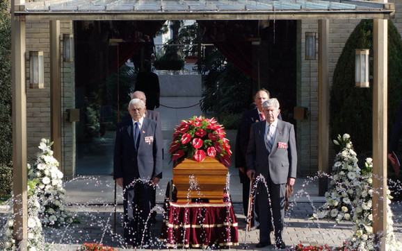 Kovčeg Jovanke Broz u Kući cveća: Na kovčegu je veliki venac od crvenog anturijuma, po želji njene porodice, s obzirom da je to bilo njeno omiljeno cveće