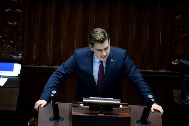 Poseł sprawozdawca Daniel Milewski z PiS podczas debaty nad sprawozdaniem komisji.