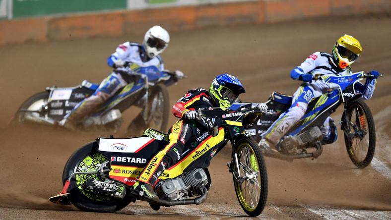 Artiom Łaguta (kask niebieski) z drużyny Betard Sparta Wrocław oraz Mikkel Michelsen (żółty) i Jarosław Hampel (biały) z zespołu Motor Lublin