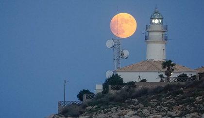 """Spójrz w niebo, a zobaczysz """"truskawkowy księżyc""""!"""