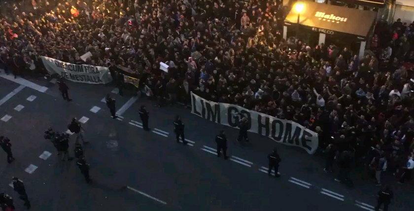 """Oszust!"". Kibice protestowali pod stadionem"