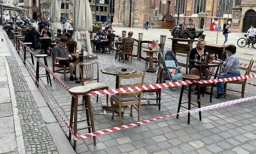 Od 15 maja ogródki restauracyjne mają zostać otwarte, a na świeżym powietrzu nie trzeba nosić maseczek