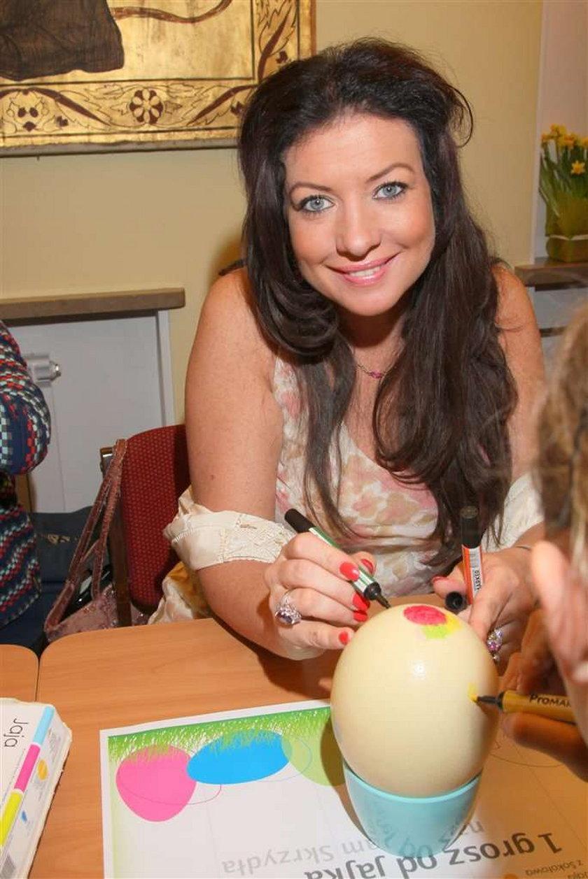 Malowała jajka, zaliczyła wpadkę... FOTO