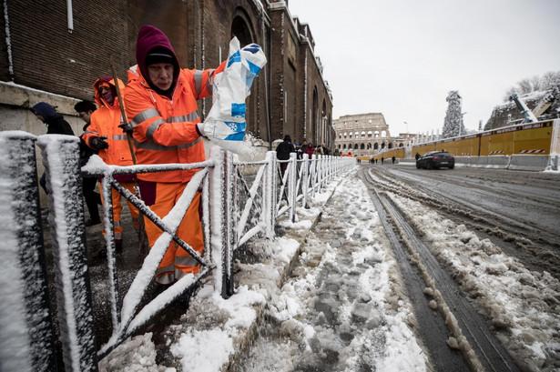 Pracownicy miejscy w Rzymie usiłują walczyć ze śniegiem