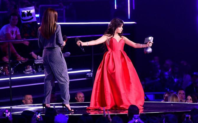 Kamila Kabeljo prima nagradu za najbolju pesmu