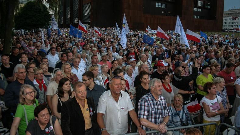 W Gdańsku wiele emocji wzbudziły uroczystości uczczenia rocznicy Porozumień Sierpniowych. Niemalże w tym samym miejscu odbyły się dwie manifestacje, skłóconych ze sobą środowisk
