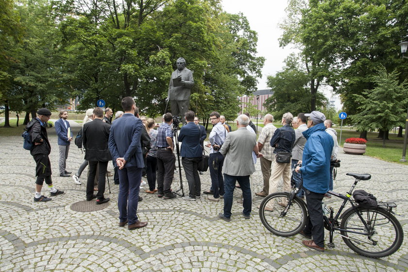 Katowice.  Obrona pomnika gen. Jerzego Ziętka