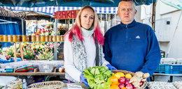 Pani Sylwia pracuje mimo epidemii. Sprzedaje świeże owoce i warzywa