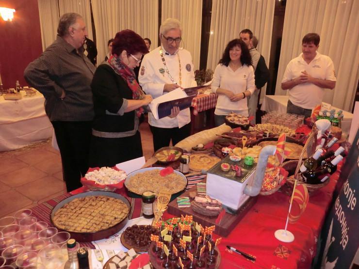 549897_perucac02-srpski-sto-posne-hrane-ziri-na-delu-foto-j--trijic