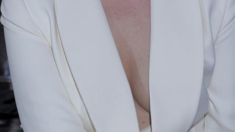 Kiedy tylko modelka się nachylała, w głębokim dekolcie widać było jej piersi