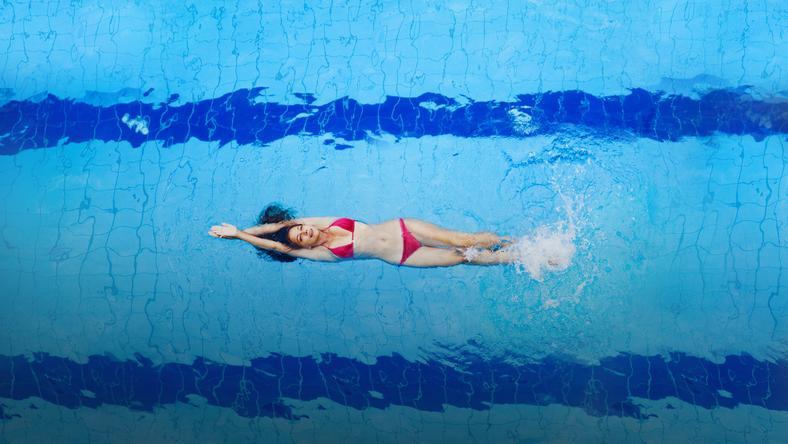 Na terenie pływalni obowiązuje czysty, estetyczny strój kąpielowy, spełniający wymogi higieniczne