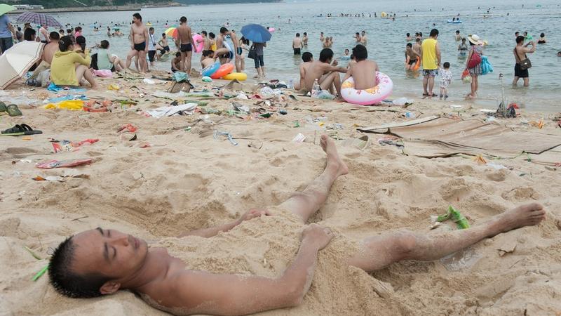 Plaża Dameisha w Shenzen tonie w śmieciach