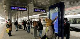 Tablice na dworcach nie działają od niemal roku! Są zaklejone taśmą!