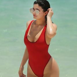 Kylie Jenner w stroju kąpielowym. Ale ona ma pupę!