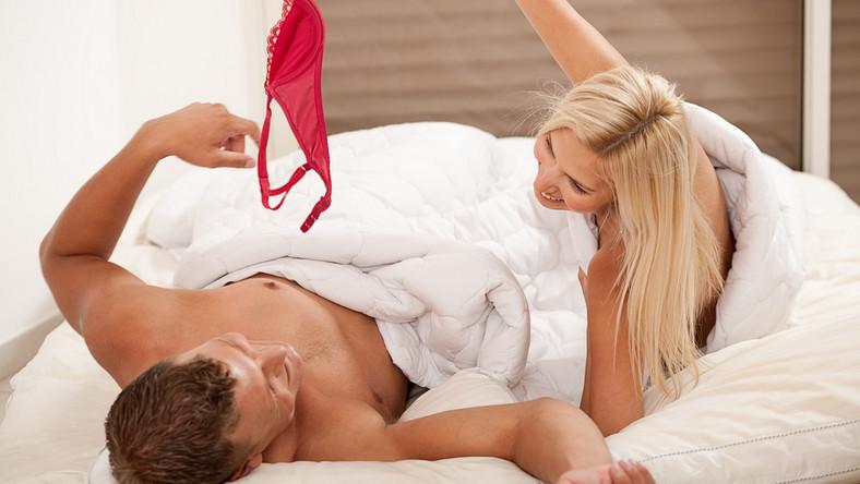 """Randka, rozmowa, czułości, czy przygotowanie erotycznego scenariusza, który zaplanujesz ty lub partner to idealny sposób, by urozmaicić życie erotyczne. Dobrym pomysłem jest podsuwanie sobie pikantnych liścików, zbieranie scenariuszy do specjalnego pudełeczka, czy zabawa w losowanie """"co tym razem zrobimy wieczorem. Jak często przeprowadzać takie sesje? Co najmniej raz w tygodniu! Choć gdy już się rozpocznie tę przyjemną grę, ciężko będzie się ograniczyć…"""