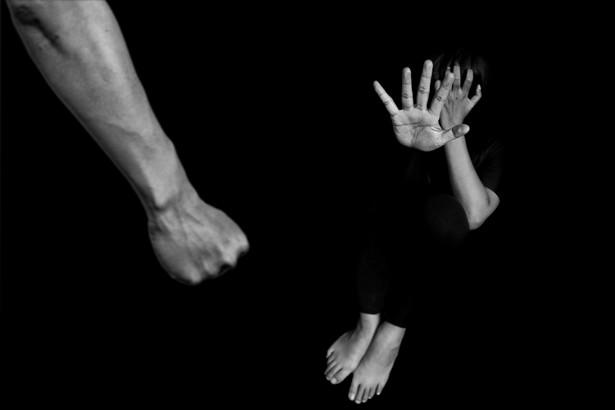 Podjęto ją w kontekście kwestii orzekania o zakazie zbliżania się do ofiar przemocy domowej.