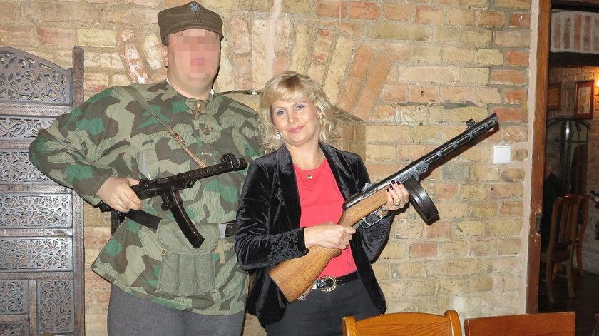 Irmina Ochenkowska pozuje z bronią