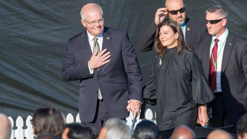 Ze względu na okoliczności - uczestnictwo w wydarzeniach związanych z zamachem w Nowej Zelandii - małżonka premiera Scotta pokazała się od stóp do głów w czerni, ale...