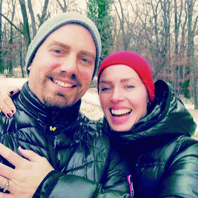 Pre četiri godine Leona se sa suprugom Tinom preselila u Ameriku, gde predaje glumu