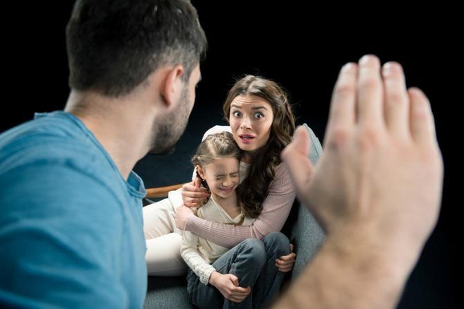 Agresija nasilnika prema majci u najvećem broju slučajeva nije usmerena na dete, ali ako dete to svakodnevno gleda, kao da jeste